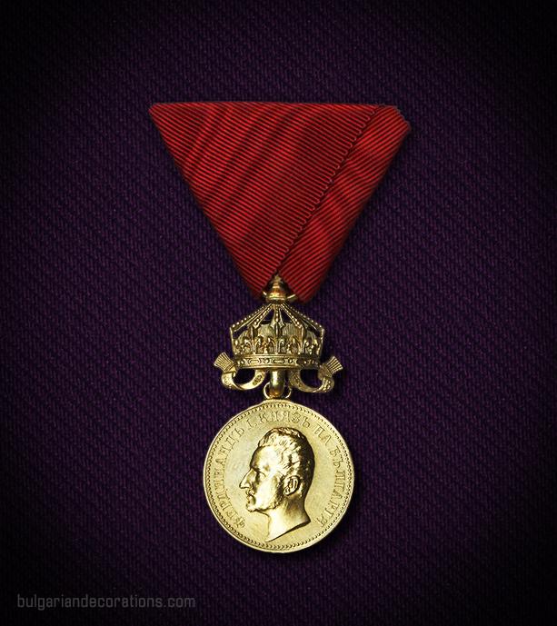 Златен медал с втори тип корона, 4-ти тип, аверс