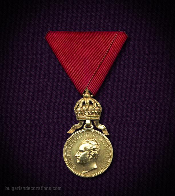 Златен медал с корона, 4-ти тип, аверс