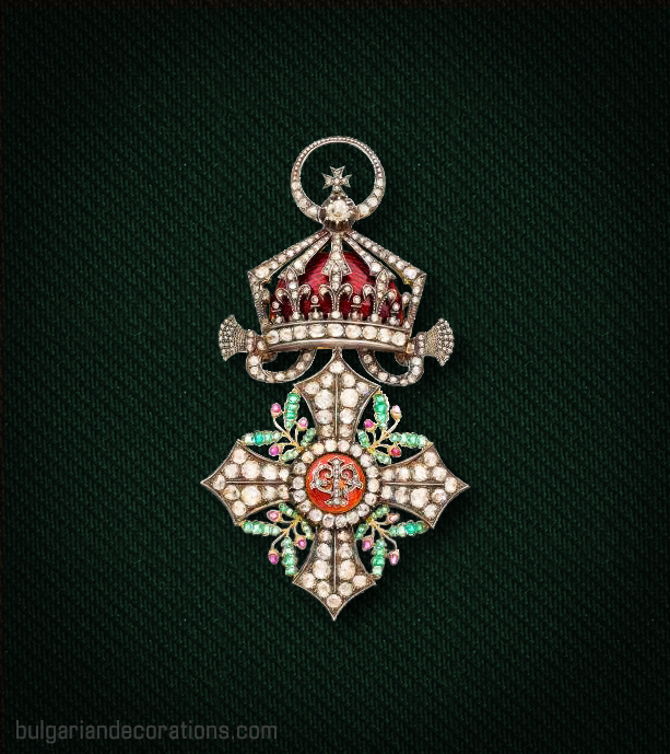 Кръст I степен (Велик кръст) на Орденa за гражданска заслуга с брилянти, рубини и смарагди, аверс